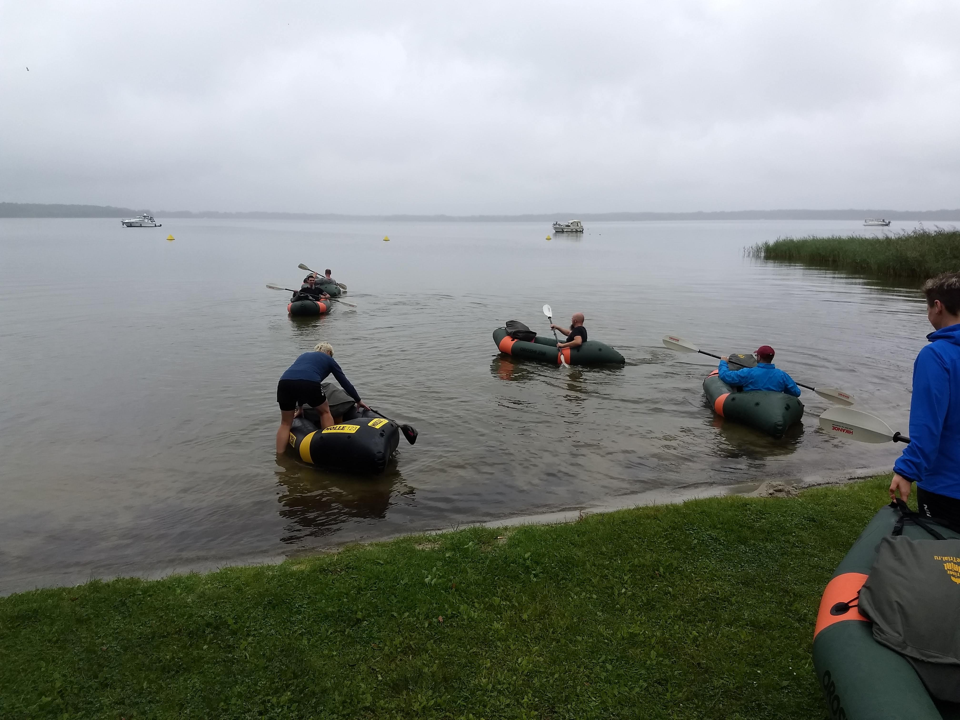 Einsetzen der Packrafts in den See